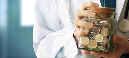 Ausbildung Tierheilpraktiker Finanzierung - Mann hält Spardose in der Hand